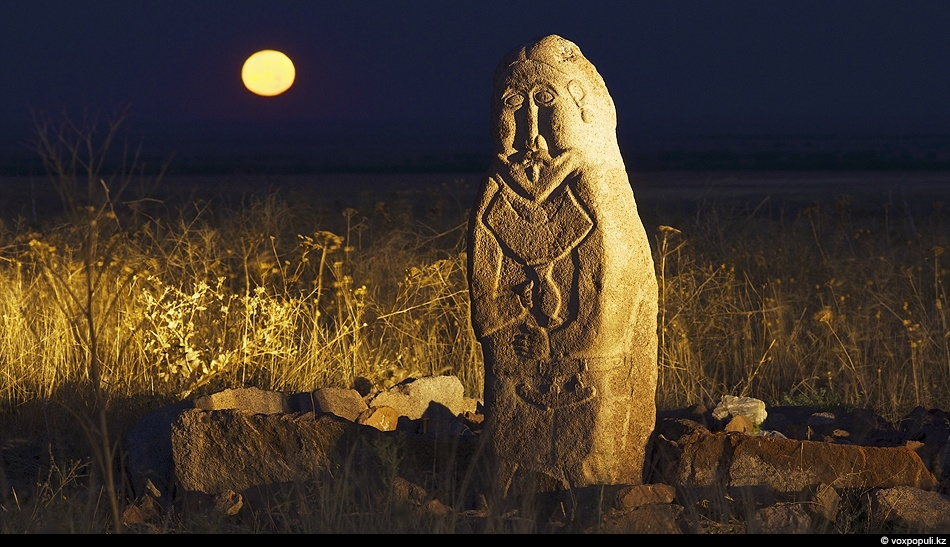 Каменное изваяние воина более тысячи лет стоит на древнетюркском святилище Жайсан в Чуйской долине, держа...