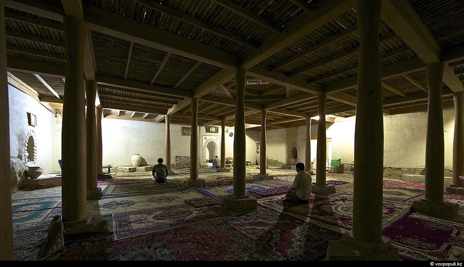 Зал мечети Х-XII вв после восстановительных работ вновь, спустя столетия, встречает в своей тиши верующих