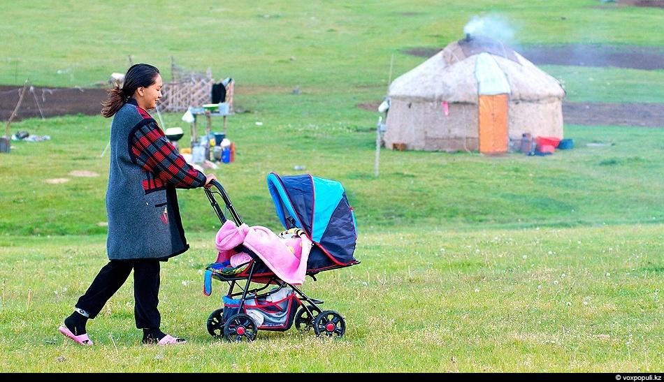 Мы не знаем какая судьба ждет младенца в коляске – продолжит он традиции поколений своих...