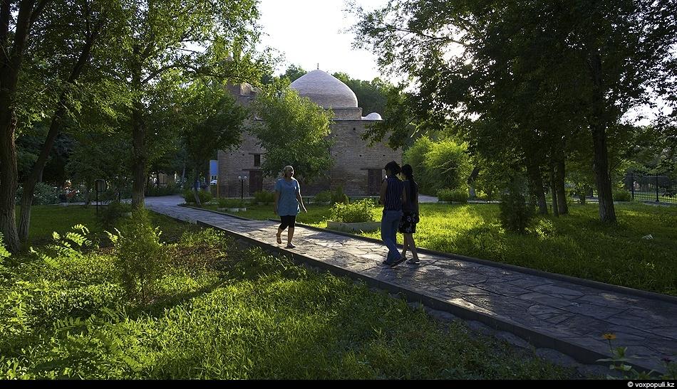 По преданиям, в мавзолее Карахана покоится прах одного из основателей могущественной династии Средневековья – Караханидов,...