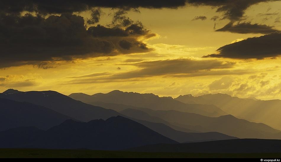 Вершины Кыргызского хребта на закате. Плато Сандыктас