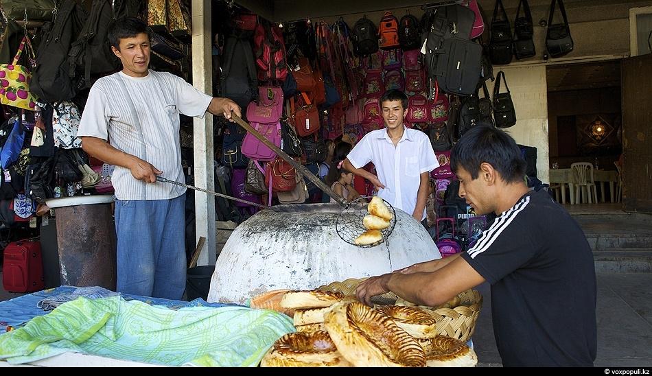Таких вкусных лепешек и самсы, какие выпекаются в жарких тандырах Тараза, на других казахстанских базарах...