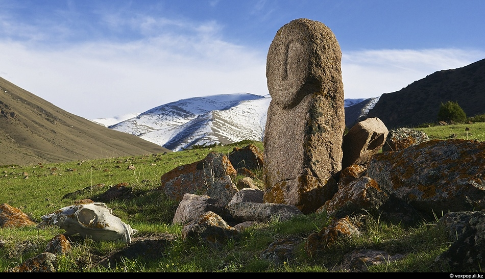Еще белеют снежные вершины,Но найденный в урочище балбал,Пророчит нам грядущие картиныЛета, где когда-то проживалНе остывшим...