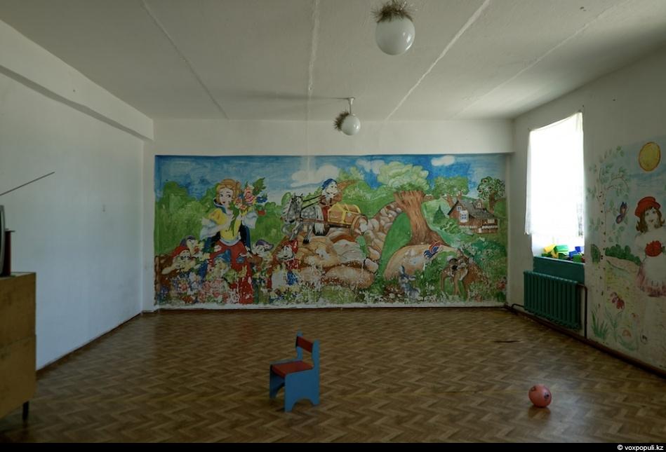 рисунки на стене в комнате: