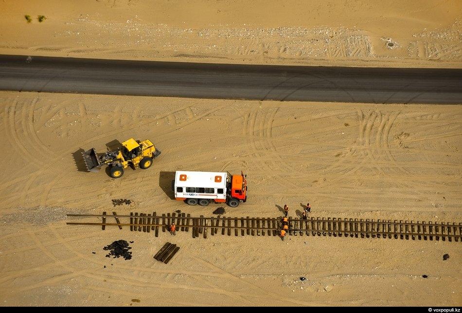 Джунгарский капкан: Сюда уже протянули ветку железной дороги, строят автомобильные мосты и дороги.