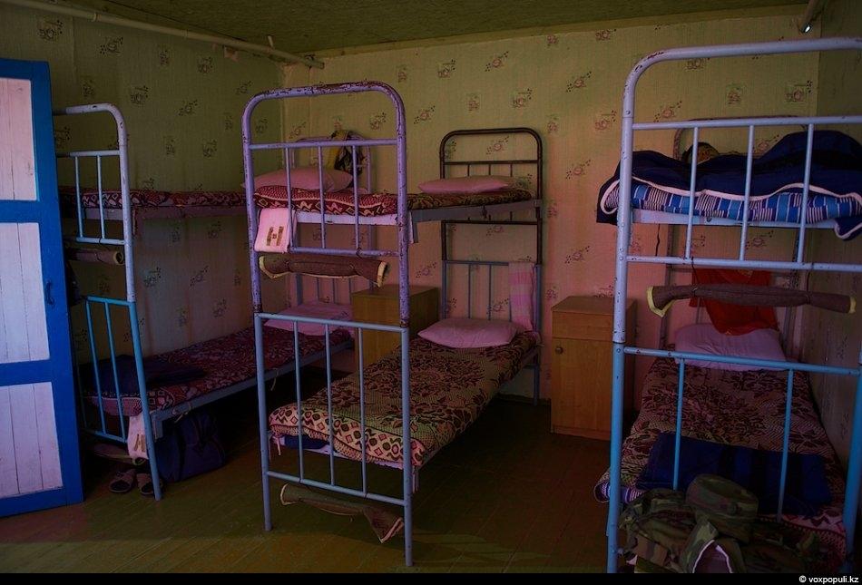 Солдаты жили по установленному распорядку. Я не видела пистолетов под подушками или автоматов под кроватью...