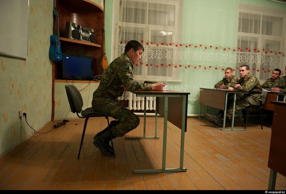 Солдаты встречаются здесь с самой настоящей ответственностью: если ленишься ухаживать за оружием, можешь получить выговор...