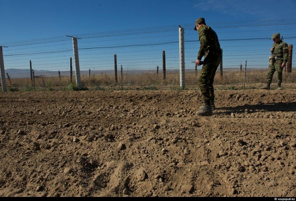 После прибытия пограничники обнаруживают следы на КСП, определяют количество нарушителей, докладывают на заставу