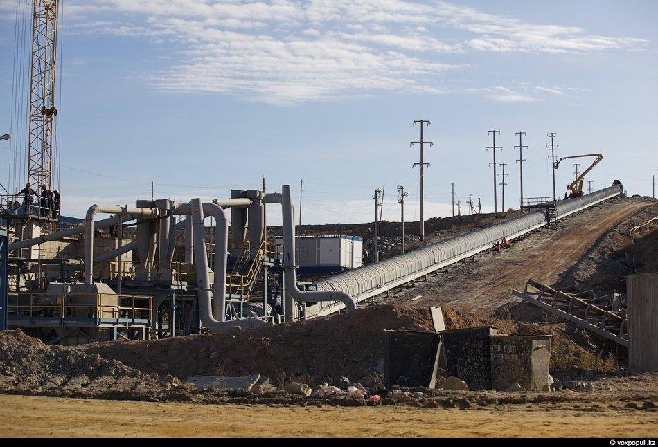 Руда из карьера подается в приемный бункер дробилки крупного дробления. Там ее дробят до размера...
