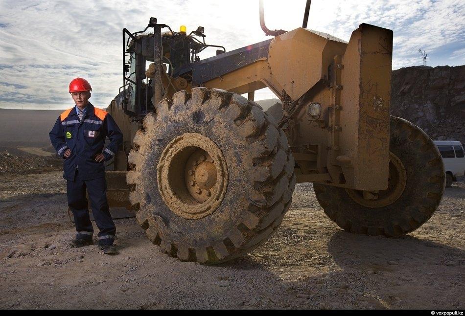 Машинист автогрейдера CAT-16 M Адильбек Кайырбеков тоже помнит разницу между прошлой и нынешней техникой.- Раньше...