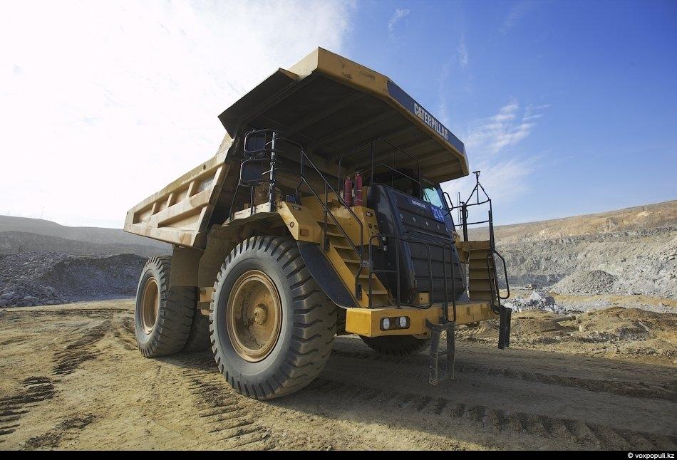 На смену стареньким «Белазам» пришли автосамосвалы «САТ-777». Один такой САТ весит 70 тонн, при этом...