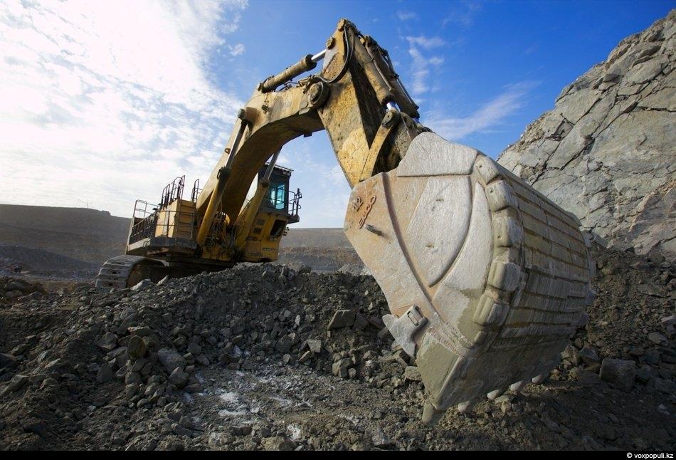 А затем начинается все тот же процесс: экскаватор загребает руду, а грузовики отвозят ее на...