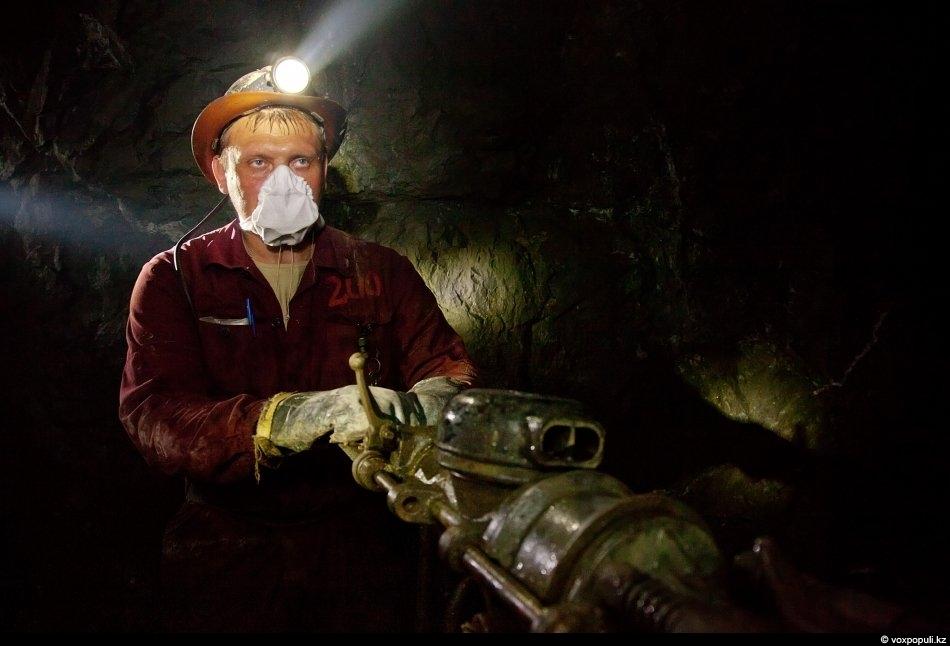 Здесь не место нытикам и слабакам. Мужчины, работающие на руднике, честно и тяжело зарабатывают на...