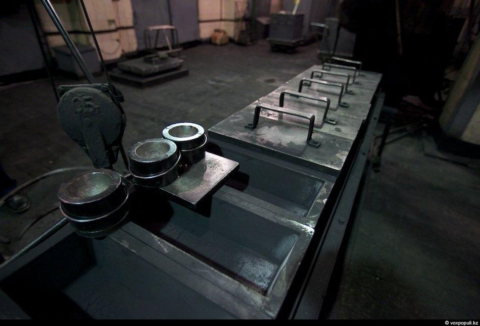 Эти формы называются изложницы, именно сюда разливают товарное серебро в виде слитков. Остывает горячий металл...