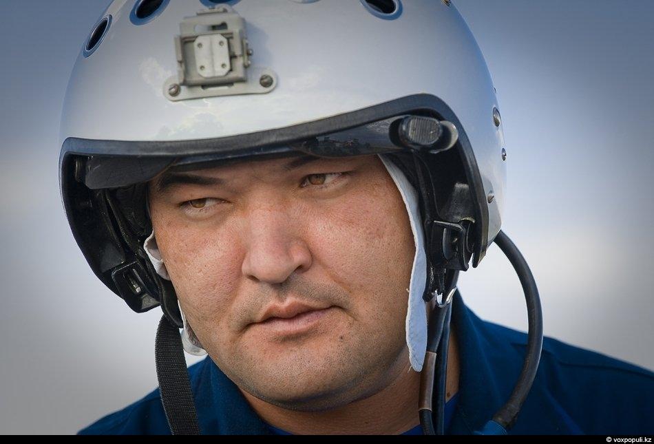 Майор Нурлан Бекбосынов, один из лучших казахстанских военных летчиков. Пилотирует МиГ-29.- Cегодня молодой лейтенант выпускается...