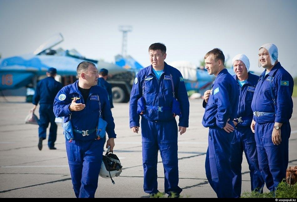 Командир Шымкентского авиационного крыла 600-й Гвардейской авиабазы СВО полковник Нурлан Топаев (на снимке слева) со...