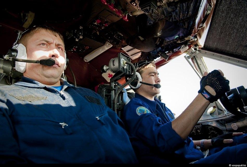 Командир экипажа полковник Рустем Тлеумагамбетов (справа). Он назначен командиром самолета CASA C-295, который прибудет в...