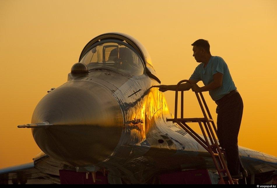 Техник открывает кабину, в которой летчики что-то забыли из вещей
