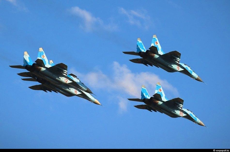 Проход звена МиГ-29 в составе пилотажной фигуры