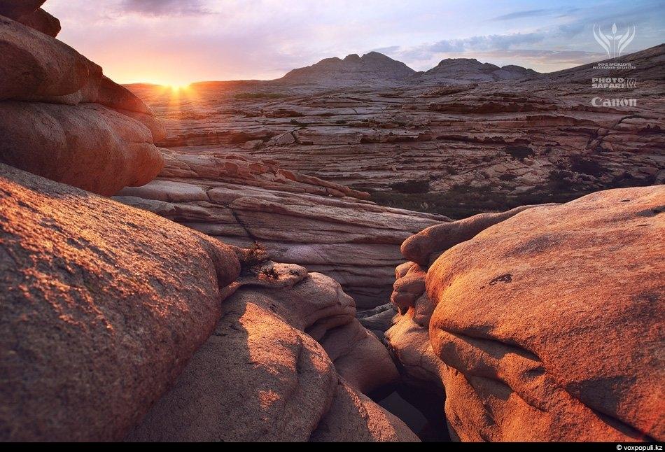 Бектау-Ата. Скалы, созданные из застывшей лавы древнего неродившегося вулкана, загадочными пирамидами высятся над степным травостоем