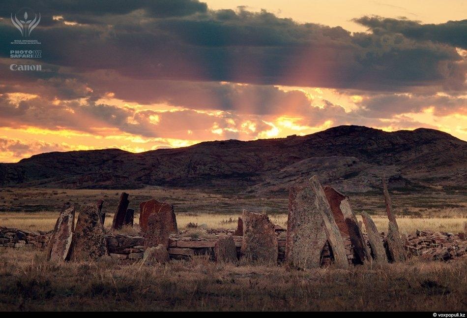 Если ехать по степям от Бектау-Ата к горам Кент, можно увидеть знаменитый некрополь Бегазы