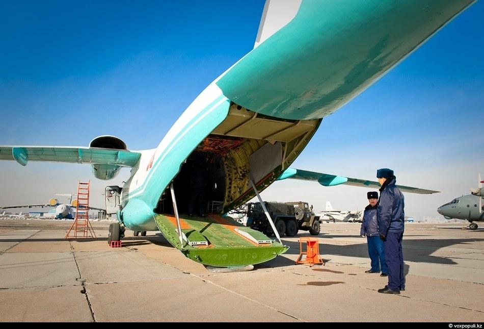 Самолет способен перевозить до семи тонн груза и одновременно 60-70 военнослужащих в полном снаряжении. Но...