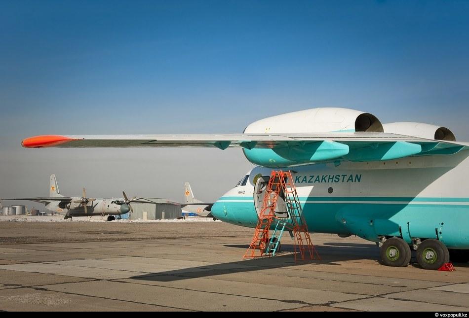 Предполагалось, что тренировочные полеты на первом прибывшем самолете должны были начаться в январе следующего года,...