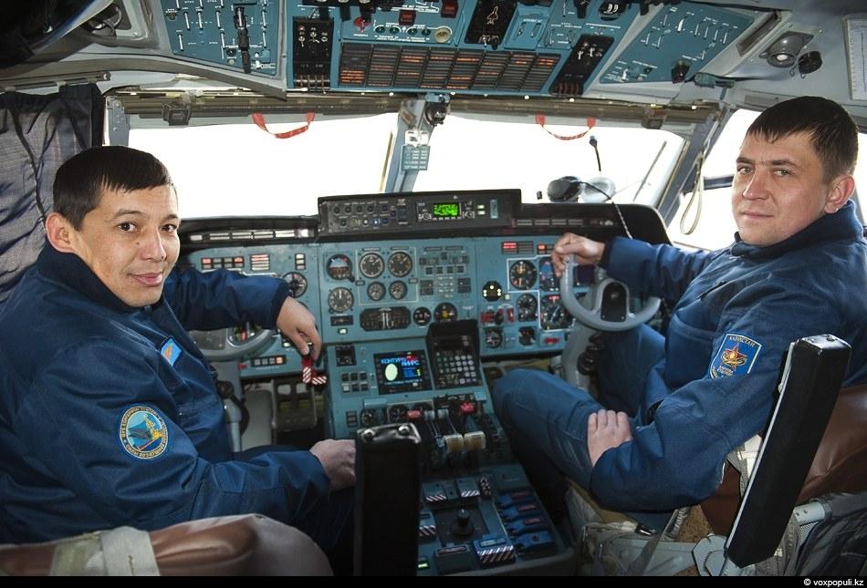 Летчики ВВС майор Азамат Молдахметов, командир авиационного отряда и капитан Евгений Лушников.