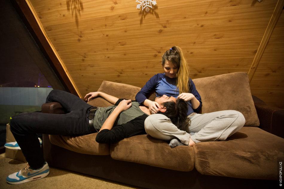 Спермы фото девушек сидящих на парне попы сперме